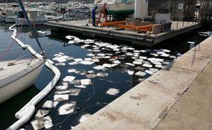 Un liquide noir et visqueux recouvre une partie des eaux du Vieux-Port à Marseille depuis dimanche.