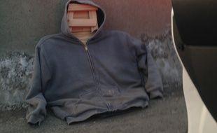 Il faisait du covoiturage avec un mannequin en bois sur le siège passager.