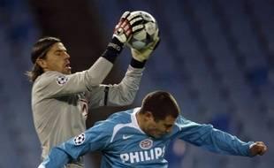 Grégory Coupet intervient devant le Danois Koevermans lors du match de Ligue des Champions entre l'Atlético et le PSV, le 26 novembre 2008.