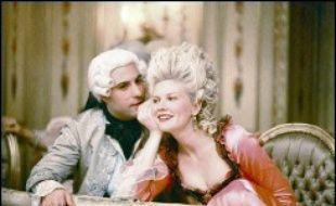 Au sortir de l'adolescence, Marie-Antoinette découvre un monde hostile et codifié, un univers frivole où chacun observe et juge l'autre sans aménité. Mariée à un homme maladroit qui la délaisse, elle est rapidement lassée par les devoirs de représentation qu'on lui impose.