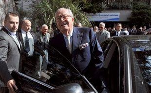 Jean-Marie Le Pen quitte le congrès duFN, le 23 septembre 2012 à La Baule-Escoublac.