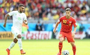 Eden Hazard face à El Arabi Soudani lors du match Belgique-Algérie, le 17 juin 2014, à Belo Horizonte.