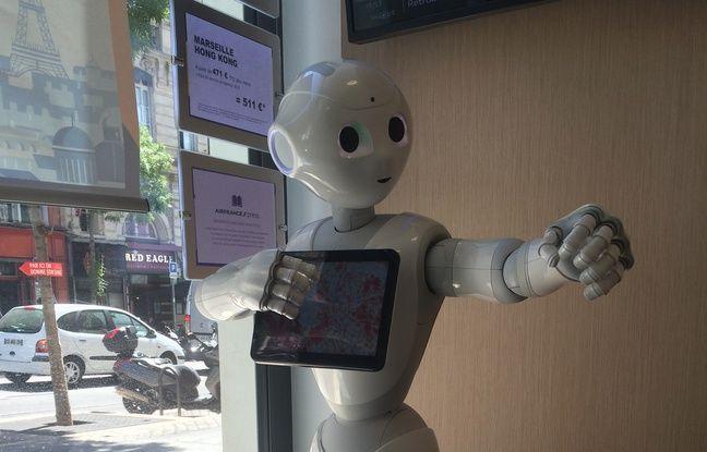 Le robot Pepper dans l'agence Air France de Marseille.