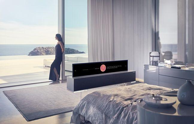Le téléviseur OLED OLED65R9 s'enroule dans sa base comme une toile.