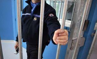 Un surveillant pénitentiaire ferme une porte à la prison d' Alençon-Condé-sur-Sarthe le 30 avril 2013.