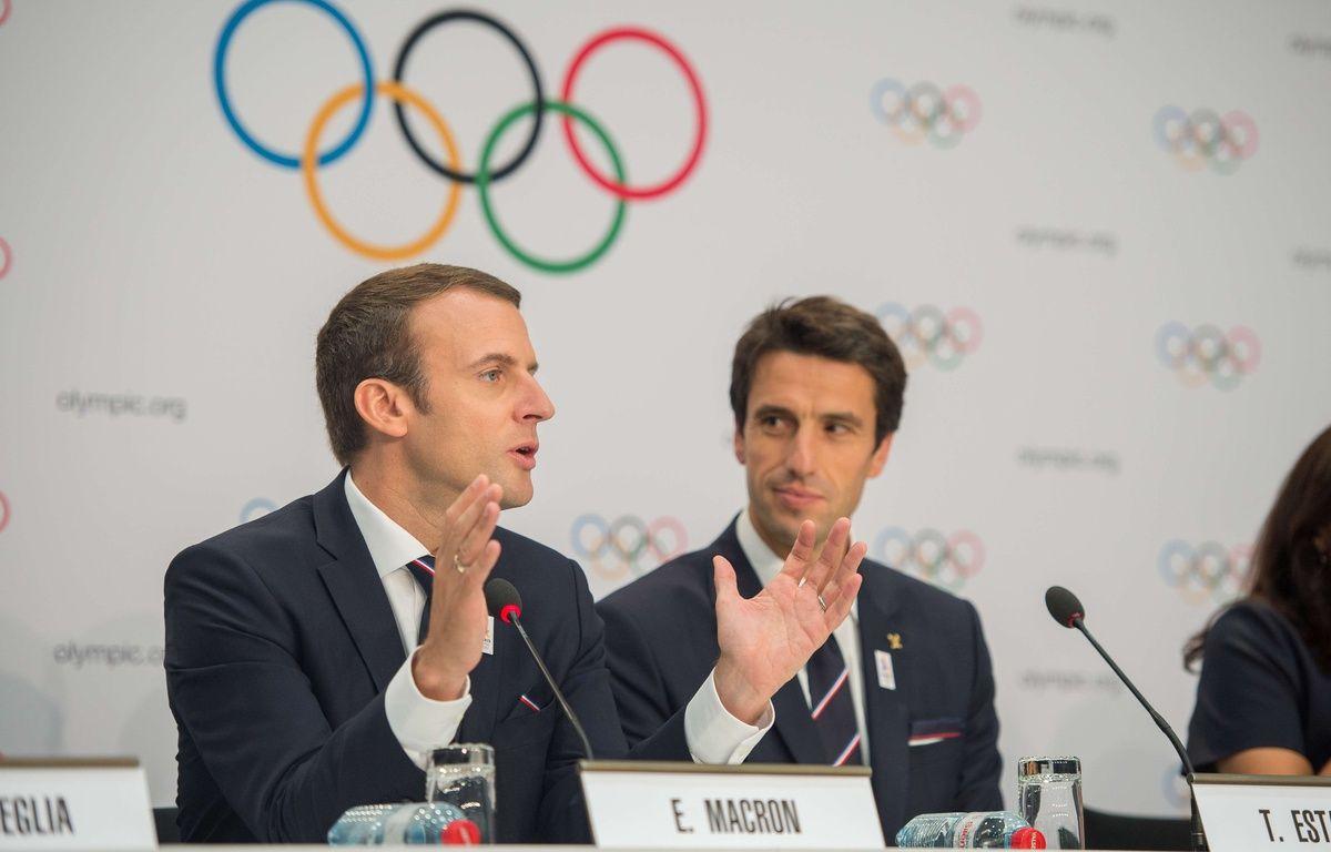 Emmanuel Macron, avec Tony Estanguet à ses côtés, lors de la présentation de la candidature de Paris aux JO 2024 à Lausanne, le 11 juillet 2017.  –  Robert Hradil/RvS.Media//RVS.MEDIA/SIPA