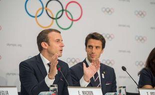 Emmanuel Macron, avec Tony Estanguet à ses côtés, lors de la présentation de la candidature de Paris aux JO 2024 à Lausanne, le 11 juillet 2017.