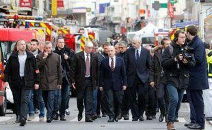 Le ministre de l'Intérieur Bernard Cazeneuve (c) arrive à Saint-Denis à l'issue d'une opération policière antiterroriste en lien avec les attentats de Paris, le 18 novembre 2015
