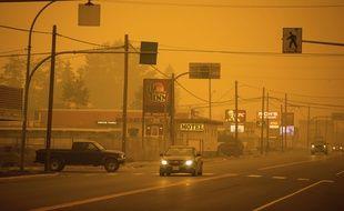 Une épaisse fumée provoquée par les feux de forêt à Vanderhoof, en Colombie-Britannique (ouest du Canada), le 23 août 2018.