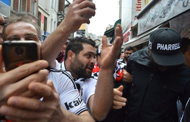 Pascal Nouma, au milieu d'une foule le cernant après le lancement d'un énorme chant au coeur du quartier de Besiktas.