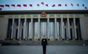 Un agent de sécurité devant le Palais de l'Assemblée du Peuple à Pékin, avant l'ouverture de la session parlementaire annuelle, le 5 mars 2016