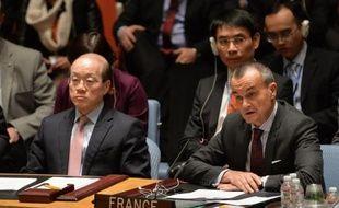 L'ambassadeur chinois aux Nations Unies Liu Jieyi (G) et l'ambassadeur français Gerard Araud (D) lors d'une réunion du conseil de sécurité sur l'Ukraine le 13 mars 2014 à New York