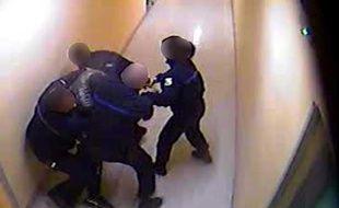 Extrait d'une caméra de vidéosurveillance de la prison de Saint-Quentin-Fallavier (Isère). Un détenu est maîtrisé par des agents pénitentiaires en 2013.