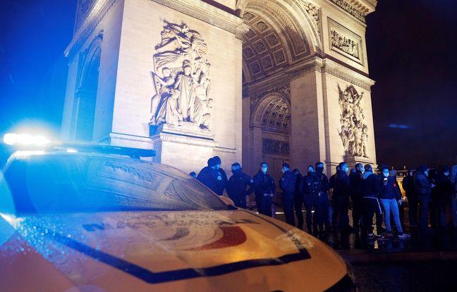 Des membres de la police nationale manifestent face à l'Arc de Triomphe, à Paris, pour protester contre les propos d'Emmanuel Macron sur les contrôles au faciès, lundi 14 décembre