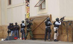 Les forces armées devant le centre commercial de Nairobi, au Kenya, théâtre d'une prise d'otages le 21 septembre 2013.