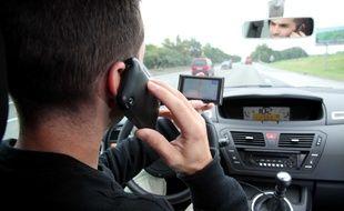 Un automobiliste passe un appel en conduisant.