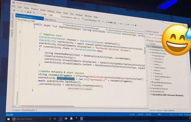 L'un des écrans affichent des ligne de code pendant la conférence Build de Microsoft