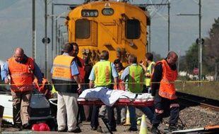 Au moins trente personnes ont trouvé la mort vendredi dans une collision entre un train et un camion transportant des ouvriers agricoles dans le nord-est de l'Afrique du Sud, ont indiqué les services de secours.