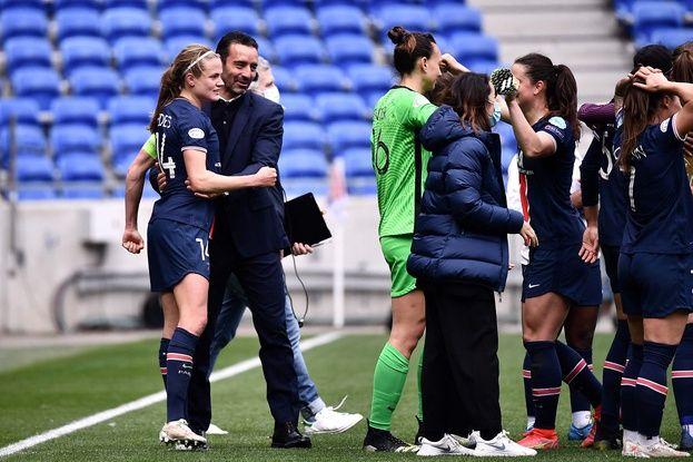 Olivier Echouafni félicite sa capitaine Irene Paredes et tout son groupe après la belle première victoire de son groupe au Parc OL. JEFF PACHOUD