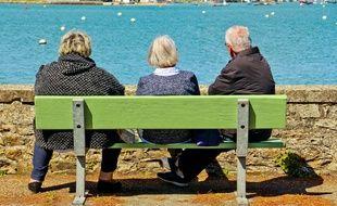 Des retraités sur un banc face à la mer à Penerf Morbihan Bretagne sud France. (Illustration)