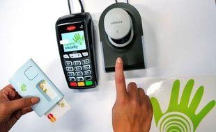 Des clients peuvent payer depuis quelques jours leurs achats dans des enseignes de Villeneuve d'Ascq (Nord) en passant le doigt sur un détecteur en caisse grâce à une technologie unique en France qui a vocation à être déclinée sur des distributeurs de billets.