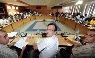 """Le préfet de la Guadeloupe, Nicolas Desforges, a assuré qu'""""aucune réunion plénière"""" de négociation n'aurait lieu mardi, contrairement à ce qu'avait affirmé la veille le LKP, collectif à l'origine de la grève générale qui paralyse la Guadeloupe depuis le 20 janvier."""