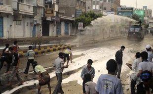 La police tente de disperser les manifestants avec des canons à eau, à Aden, au Yemen, le 9 avril 2011.