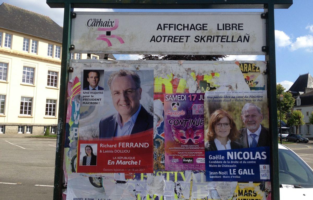 Les affiches de Richard Ferrand (LREM) et Gaëlle Nicolas (LR) pour les élections législatives, à Carhaix, le 15 juin 2017. – L. Cometti / 20 Minutes