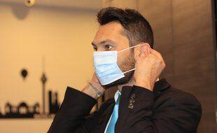 Un salarié qui porte le masque en entreprise