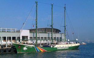 Le Rainbow Warrior de Greenpeace amarré au port de Hong-Kong, en février 2011.