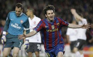 Le Barcelonais Leo Messi célèbre son 4e but personnel face à Arsenal en quart de finale retour de la Ligue des champions, mardi 6 avril 2010. En arrière-plan, le gardien des Gunners, Manuel Almunia, tête basse.