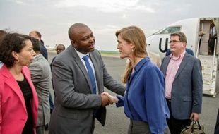 Samantha Power (d), ambassadrice des Etats-Unis près de l'ONU, à son arrivée le 21 janvier 2016 à Bujumbura