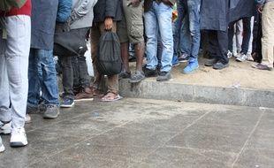 Reportage à la Porte de la Chapelle auprès des migrants les 25 et 27 juillet 2017. Distribution de petit-déjeuners avec le collectif Solidarité Migrants Wilson et l'association Utopia. Visite des campements et observation des conditions de vie. Rencontre avec une habitante du quartier.  Olivier Juszczak.