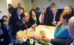 François Hollande au domicile de Lucette Brochet, à Vandoeuvre-lès-Nancy  (Lorraine) le 29 octobre 2015