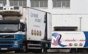 Des camions stationnés le 2 janvier 2015 devant les abattoirs normands AIM à Antrain