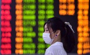 Une femme porte un masque à l'aéroport de Séoul, le 17 juin 2015, en pleine épidémie de coronavirus Mers