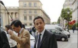 Nicolas Sarkozy a poursuivi vendredi la préparation de la transition, qui sera effective le 16 mai, dans ses bureaux parisiens, en attendant son rendez-vous dans la soirée avec le Premier ministre britannique sortant Tony Blair.