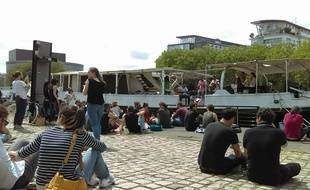 Les riverains, devant le concert, sont venus dire au revoir au bateau Le Remorqueur.