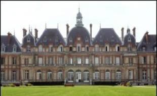 Trois jeunes filles âgées de 15 à 18 ans sont soupçonnées d'avoir torturé et violé une de leurs camarades à l'école Le-Nôtre pour adolescents en difficulté de Sonchamp (Yvelines), a-t-on appris mercredi de source judiciaire, confirmant des informations du Parisien.