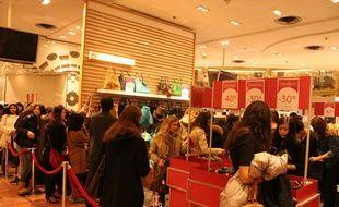 Des clientes lors de l'ouverture des grands magasins, boulevard Hausmann, à Paris, le mercredi 12 janvier 2011.