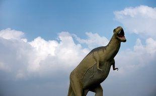 Un modèle grandeur nature de tyrannosaure dans un Dinosaur Park dans l'est de l'Allemagne.
