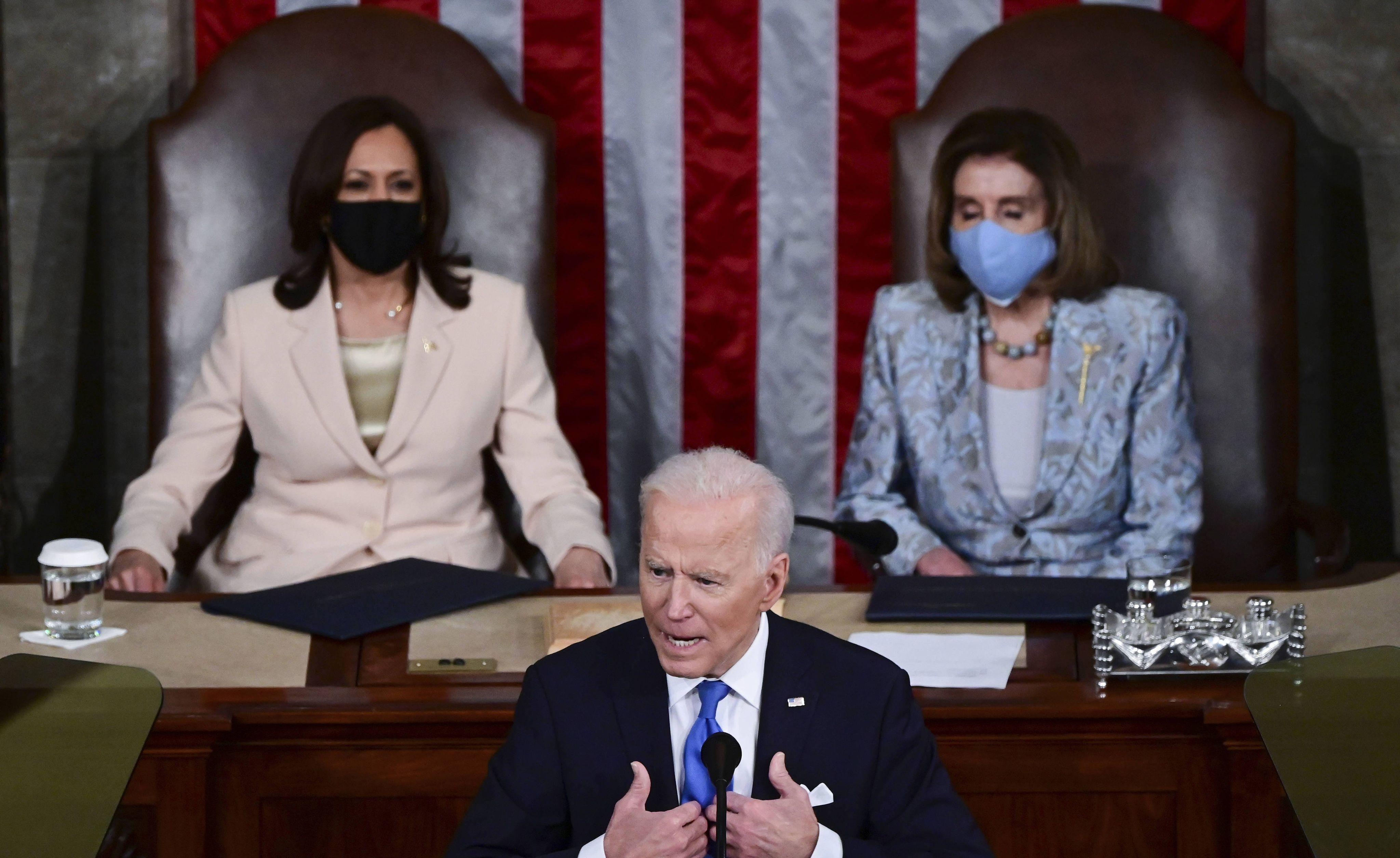 Joe Biden lors de son discours devant le Congrès, le 28 avril 2021, avec Nancy Pelosi et Kamala Harris derrière lui.