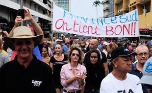 A Nouméa en Nouvelle-Calédonie, des manifestantes et manifestants défilent pacifiquement «contre les blocages et la violence» autour de la reprise de l'usine de nickel, à l'appel des Loyalistes, samedi 12 décembre.