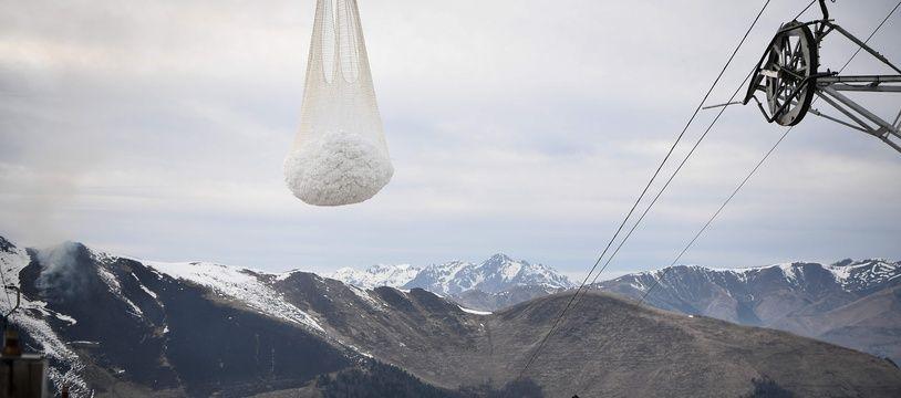 Une lmportante livraison de neige a été effectuée par hélicoptère, samedi sur la station de Luchon-Superbagnères, dans les Pyrénées. Anne-Christine POUJOULAT