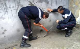 Des chats se sont retrouvés coincés derrière ce mur d'un garage à Nice.