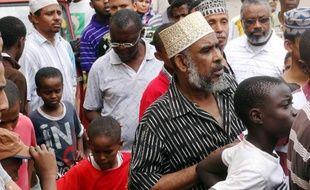 Des habitants de Mombasa choqués se rendent sur les lieux d'une attaque contre des touristes, le 6 juillet 2014
