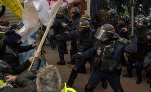 Des affrontements entre policiers et «gilets jaunes»à Marseille