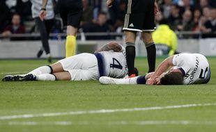 Le gardien de l'Ajax Onana a mis Vertonghen et Alderweireld à terre plusieurs minutes.