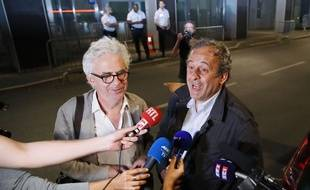 Michel Platini parle aux journalistes à sa sortie de garde à vue au côté de son avocat William Bourdon, à Nanterre le 19 juin 2019.