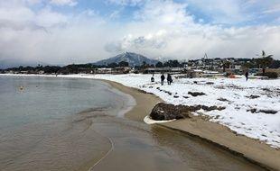 Une plage corse sous la neige